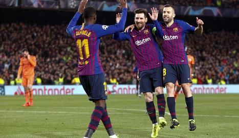 Dembélé celebra amb Messi i Alba el gol que va marcar dimecres en el triomf amb el Lió per 5-1.