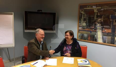 El director executiu del Grup SEGRE, Juan Cal, i l'alcaldessa de Tàrrega, Rosa M. Perelló, van signar aquest dijous la renovació del conveni.
