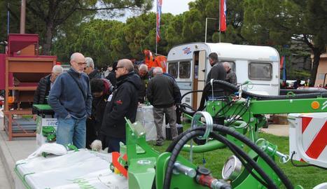 Expositors de maquinària agrícola al recinte exterior.