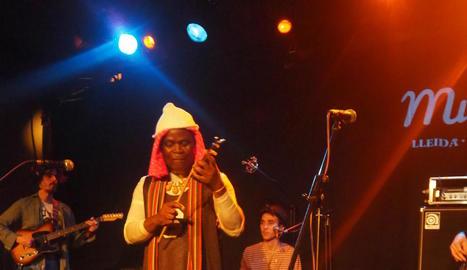 Ouzo Bazooka van ser els primers a pujar a l'escenari.