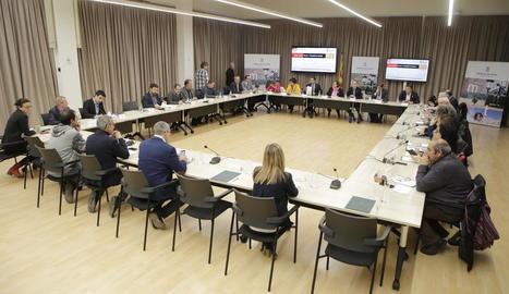 La reunió d'alcaldes, cambres de comerç, sindicats i autoritats que es va celebrar ahir.