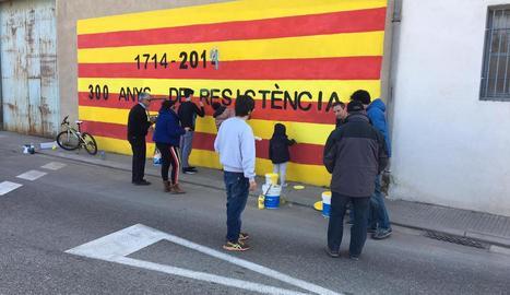 Reposen murals i llaços al Palau - El Palau d'Anglesola ja ha reposat els llaços grocs i els murals que uns desconeguts van fer malbé la nit del 31 de gener. Diversos veïns i membres del CDR del Palau van dedicar part del matí de la jornada  ...