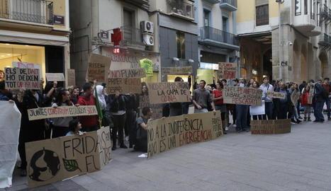Participants ahir en la concentració a la plaça Paeria per reclamar mesures contra el canvi climàtic.