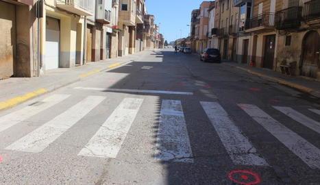 Vista del lloc on es va produir ahir l'atropellament mortal al carrer Pau Casals de Torres de Segre.