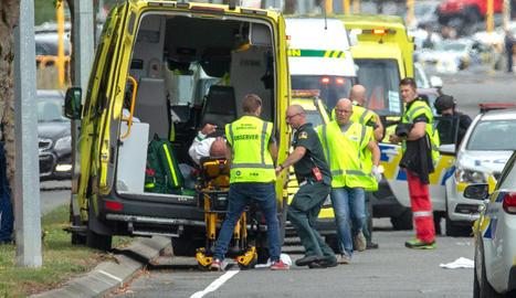 Els serveis mèdics atenen les desenes de ferits al doble atemptat terrorista.