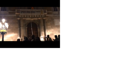 Encaputxats intenten retirar la pancarta de la Generalitat, ahir.