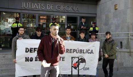 El primer investigat citat a declarar amb el micròfon i darrere alguns dels detinguts per les mobilitzacions de l'aniversari de l'1-O, el 7 de març del 2019