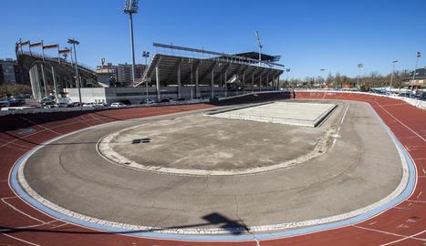El Camp d'Esports, a part d'estadi i velòdrom, tenia piscines, pistes de tenis, frontó i gimnàs.