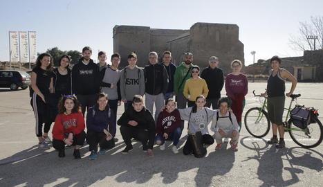 Imatge dels voluntaris ahir al Castell dels Templers abans de la recollida d'escombraries.