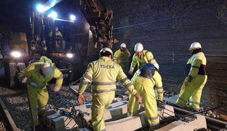 Imatge dels treballs en un túnel de la línia al gener.