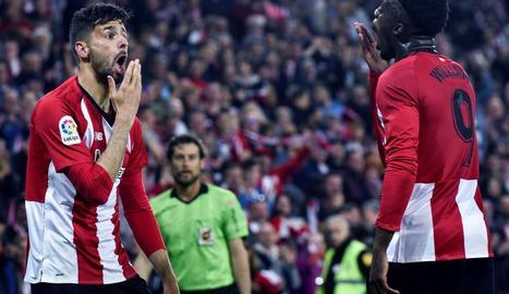 Els jugadors de l'Athletic Kenan Kodro i Iñaki Williams celebren el segon gol de l'equip basc.