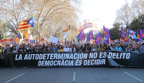 Milers de persones van recórrer ahir Madrid per reivindicar el dret a l'autodeterminació de Catalunya.