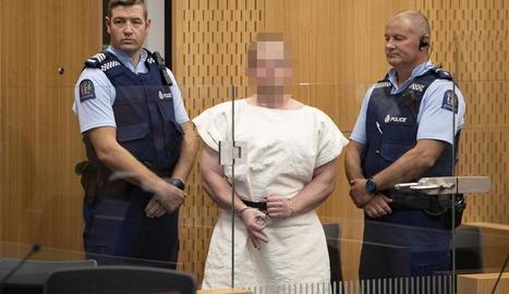 Brenton Harrison Tarrant, a la compareixença davant el tribunal fent un gest supremacista.