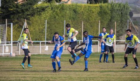 Un jugador del Torregrossa disputa la possessió de la pilota amb un del Ponts.