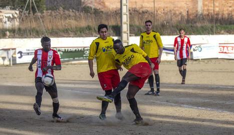 Una jugada del partit d'ahir entre el Bell-lloc i el Ribera d'Ondara.