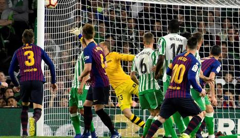 Luis Suárez es va retirar lesionat - El davanter uruguaià va haver de ser substituït al minut 89 per Coutinho després de relliscar en una pressió a un jugador rival i fer-se mal al turmell dret. Valverde va confirmar poc després que Suárez t ...
