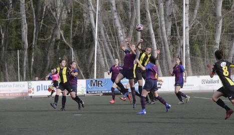 Una jugadora del Pardinyes i una del Barça B pugnen per controlar una pilota alta.