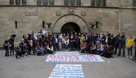 Unim Cultures clama contra el terrorisme a la plaça Paeria
