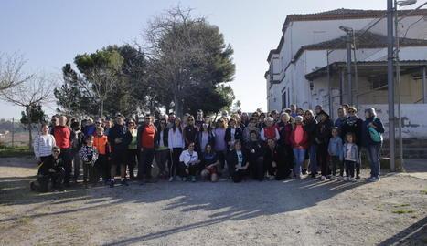 A l'esquerra, el concert de la banda Serratejant dissabte a la nit a Aitona i, a la dreta, els participants en la caminada per la partida de Torres de Sanui.