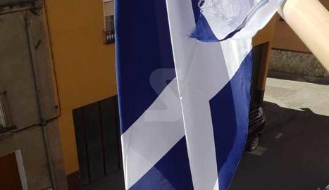 La bandera d'Escòcia, trencada.