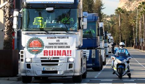 Cua de camions que participa en la protesta a Barcelona.
