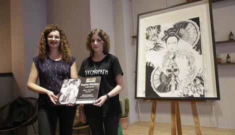 L'artista Sophie Navarro (a la dreta), ahir a la inauguració.