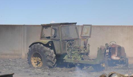 Estat en el qual van quedar dos tractors en el foc de diumenge.