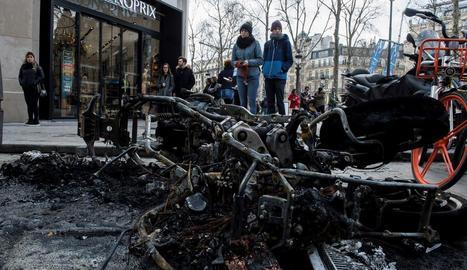 Els protestants van provocar danys en més de 80 comerços.
