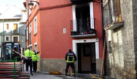 Imatge de bombers davant l'edifici afectat pel foc, ahir.