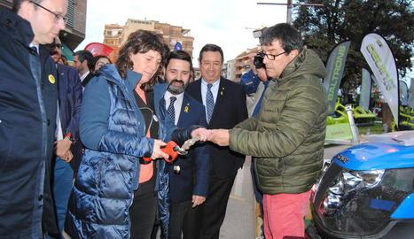 La consellera va visitar ahir els expositors del certamen.