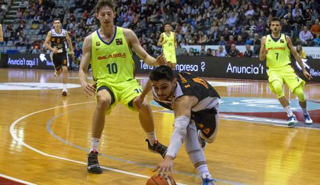 Sergi Quintela atrapa la pilota davant la presència de Font.