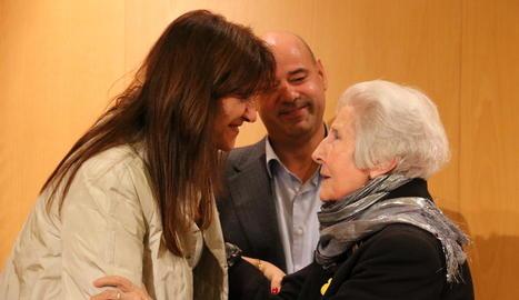 La consellera Borràs, amb l'escriptora lleidatana Rosa Fabregat.