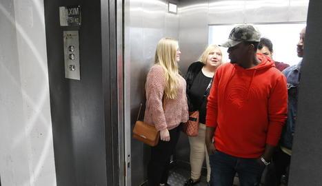Uns ciutadans utilitzant l'ascensor per pujar a la Seu Vella.