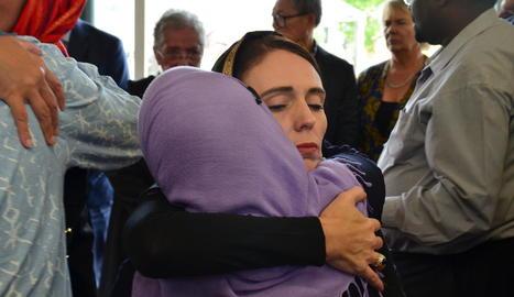 La primera ministra de Nova Zelanda va ser amb els musulmans.