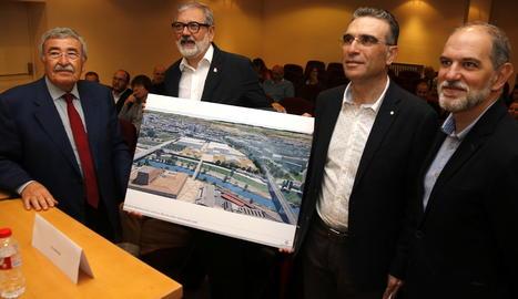 L'alcalde, Fèlix Larrosa, acompanyat del director de Fira de Lleida i el president de la Cambra de Comerç, amb el plànol del nou recinte.