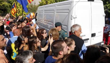Un grup de manifestants acompanya la sortida de les furgonetes amb les paperetes del referèndum del polígon de Bigues i Riells el 20 de setembre del 2017.
