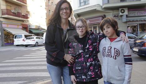 La leridana Olga Parés junto a sus hijos, Àngela, de 14 años, y Arnau, de nueve.