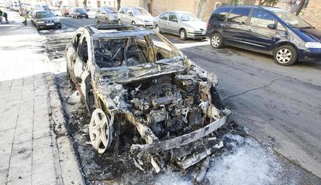Estat en el qual va quedar un turisme després de l'incendi al carrer Mart.