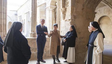 La delegada del Govern espanyol a Catalunya i el subdelegat a Lleida, ahir a Vallbona de les Monges.