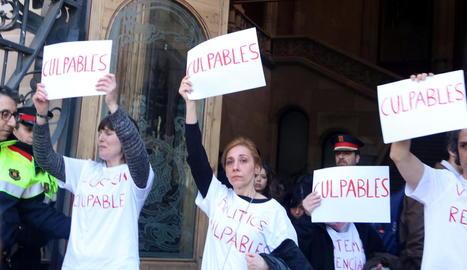 Montse, a l'esquerra, va ser víctima de Pardo el 2002 i ahir va protestar davant l'Audiència de Barcelona.