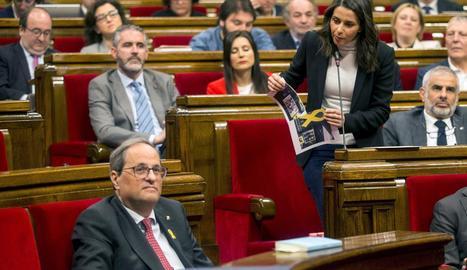 La polèmica pels llaços va centrar la sessió del Parlament d'ahir. A la imatge, Arrimadas en trenca un.
