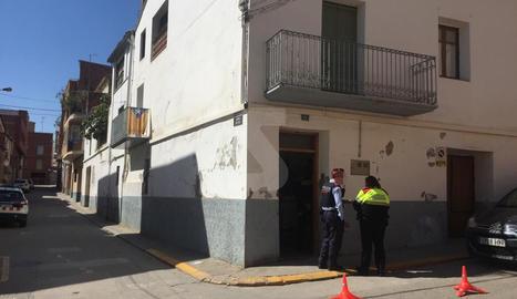 Agents dels Mossos, davant d'un dels domicilis escorcollats.