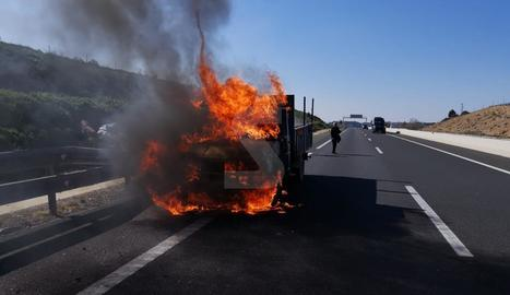 Crema una camioneta a l'A-22 a Lleida