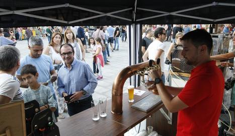 Un lloc de cervesa artesana en una fira celebrada a Lleida.