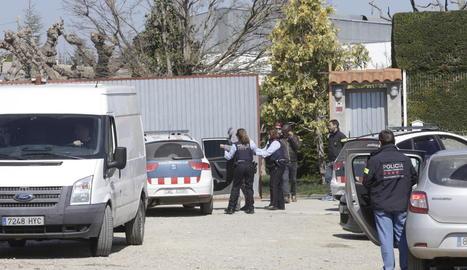 Els dos detinguts tenien suposadament una plantació en un magatzem de la partida Devesa (e.) en la qual conreaven marihuana (d.).