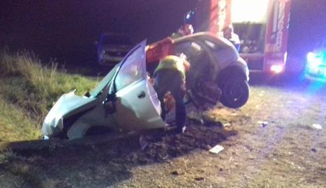 Imatge del turisme accidentat a l'N-230 a Baells.