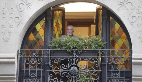 Operaris del Govern instal·lant la nova pancarta sobre l'antiga, ahir a Barcelona.