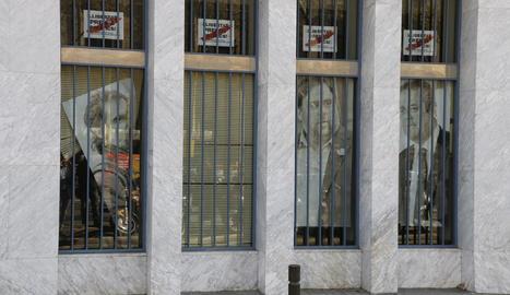 Els cartells dels presos al Departament d'Agricultura mentre retiren el retrat de Jordi Cuixart aquest divendres.