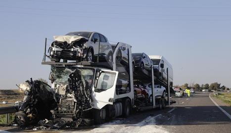 El turisme que conduïa la víctima ha quedat atrapat entre dos camions.