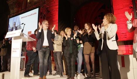 Larrosa i Batet aplaudeixen els assistents després de la presentació oficial de la candidatura.